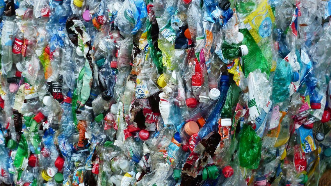 Stláčajme separovaný odpad a minimalizujme jeho veľkosť
